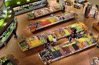 Carrefour : l'ex-PDG empoche 900.000 euros, alors que des milliers d'emplois sont supprimés