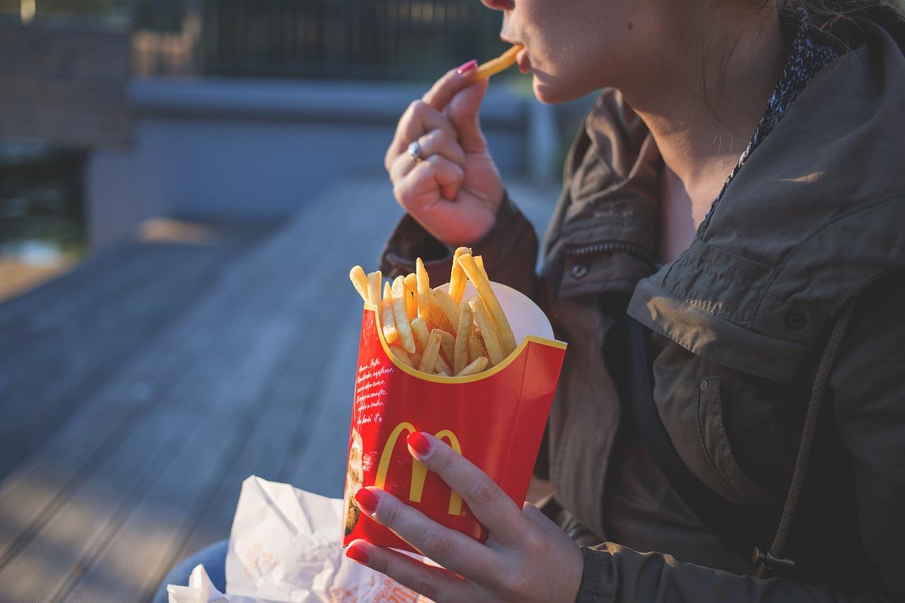 Pour ses 40 ans en France, McDonald's va supprimer les pailles en plastique